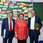 Besuch der Jawlenskyschule (v.l.): Kultusminister Prof. Dr. R. Alexander Lorz, Schulleiterin Elvira van Haasteren und der GRÜNE Fraktionsvorsitzende Mathias Wagner