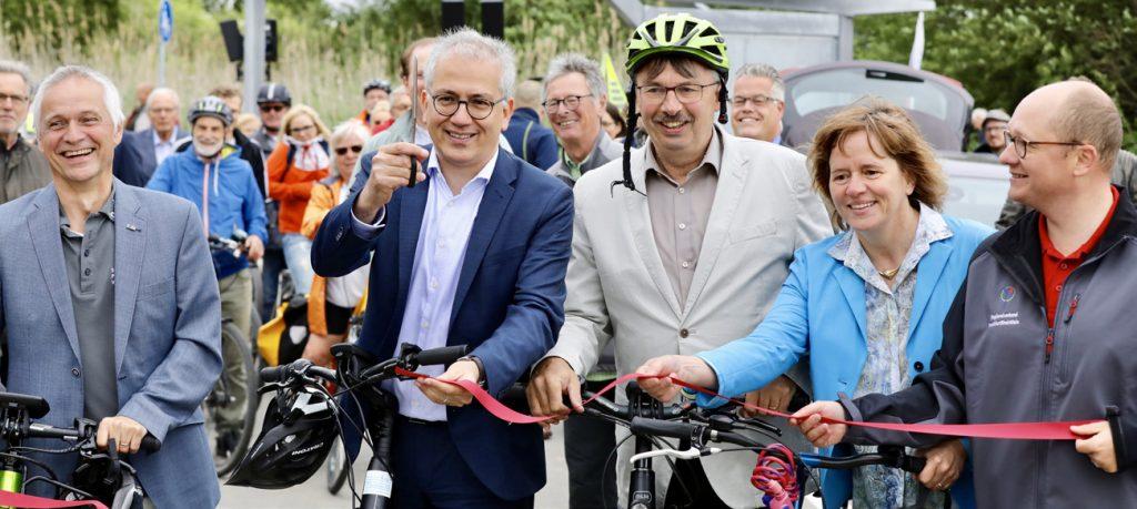 Wirtschaftsminister Tarek Al-Wazir bei der Eröffnung des ersten Abschnitts des Radschnellwegs Darmstadt-Frankfurt © KOM3/Jens Naumann