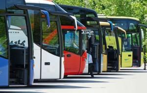 Busse auf einem Parkplatz in Reih und Glied