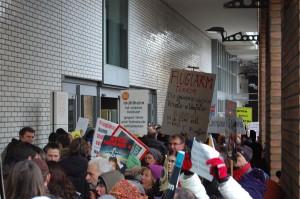Demonstranten vor der Halle, davon lassen wir uns nicht beeinflussen