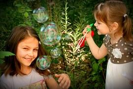 Mädchen machen Seifenblasen